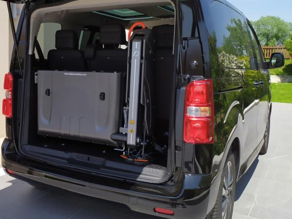 Peugeot Traveller dotato di sollevatore monobraccio Fiorella