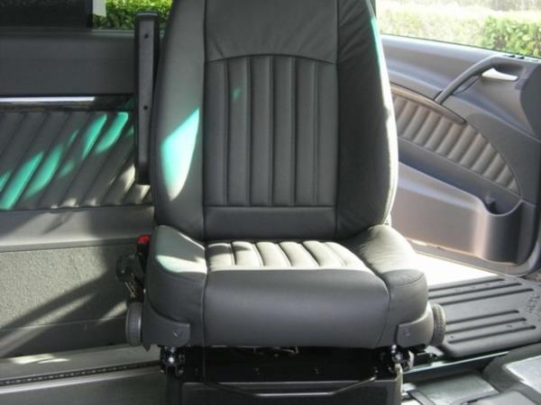 Sedile girevole per permettere il trasferimento dalla carrozzina al sedile di guida