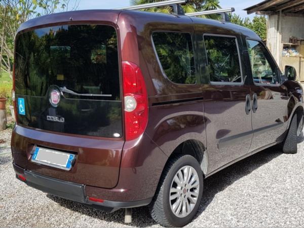 Fiat Doblò con ribassamento pianale per trasporto di una carrozzina.