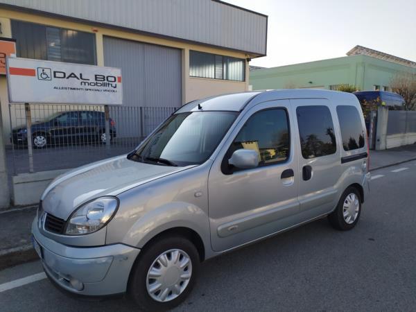 Renault Kangoo allestita per trasporto di un persona in carrozzina