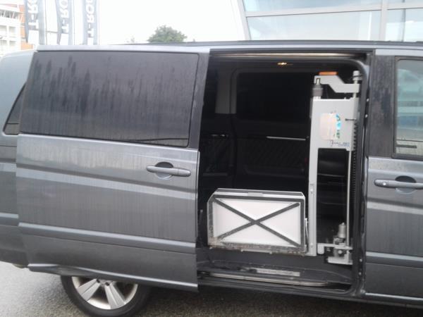 Mercedes Viano allestito con sollevatore laterale e sistemi di guida adattati